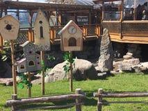 Lustige Häuser für Vögel Stockfotos