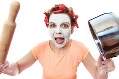 Lustige Hausfrau mit Rollestift und Wanne Stockbilder