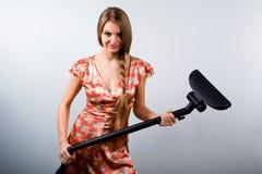 Lustige Hausfrau mit Staubsauger stockbilder