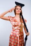 Lustige Hausfrau mit Staubsauger lizenzfreies stockbild