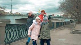 Lustige jugendlich Mädchen gehen auf Ufergegend in der Stadt mit ihren Müttern im Herbst stock footage