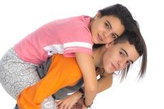 Lustige jugendlich Paare, eben lächelnd wachen auf und kleideten in ihrem p an stockfotos