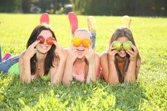 Lustige Jugendliche im Gras Stockfotografie