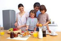 Lustige junge Familie, die frühstückt lizenzfreies stockbild