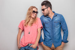 Lustige junge Frau, die ihrem Freund ihre Zunge zeigt Lizenzfreie Stockfotografie