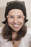 Lustige junge Frau, die Zunge zeigt Stockbild