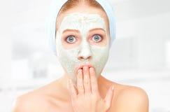 Lustige junge Frau und Gesichtshautpflegemaske Lizenzfreies Stockbild