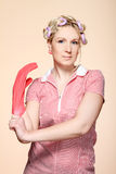 Lustige junge Hausfrau mit Handschuhen Lizenzfreie Stockfotografie