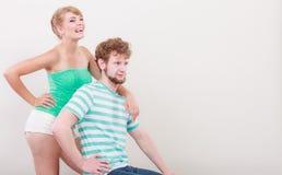 Lustige junge Paare, die dummes Gesicht machen Lizenzfreie Stockfotografie