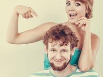 Lustige junge Paare, die dummes Gesicht machen Lizenzfreie Stockfotos