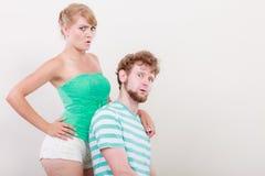 Lustige junge Paare, die dummes Gesicht machen Lizenzfreie Stockbilder