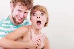 Lustige junge Paare, die dummes Gesicht machen Stockfotografie