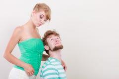 Lustige junge Paare, die dummes Gesicht machen Stockfotos