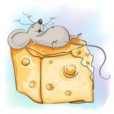 Lustige Karikaturmaus liegt mit dem Käse Stockfotografie