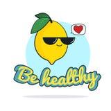 Lustige Karte ist mit kühlem Zitronencharakter mit Sonnenbrille, Karikaturillustration gesund Lizenzfreie Stockfotos