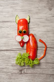 Lustige Katze gemacht vom Pfeffer auf hölzernem Hintergrund Stockfoto