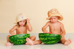 Lustige Kinder, die Wassermelone essen Stockbilder