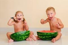 Lustige Kinder, die Wassermelone essen Lizenzfreies Stockbild