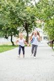Lustige Kinder laufen von der Schule Das Konzept der Schule, Studie, Bildung, Freundschaft, Kindheit lizenzfreie stockfotografie