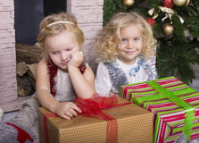 Lustige Kinder mit Weihnachtsgeschenk Stockbild