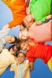 Lustige Kinder in rundem auf Himmelhintergrund Stockfotos