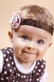 Lustige kleine Dame mit Stirnband Stockfoto