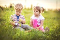 Lustige kleine Zwillinge stockfotografie