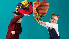 Lustige Kleinkinder mit dem großen Rucksack, der wieder Spaß springt und hat Lizenzfreie Stockfotos