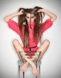 Lustige konfuse Gefühlfrau in der rosafarbenen Bluse Lizenzfreie Stockbilder
