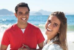 Lustige lateinische Paare am Strand Lizenzfreie Stockfotografie