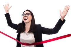 Lustige laufende Geschäftsfrau-Überfahrtziellinie lokalisiert auf wh Lizenzfreie Stockbilder