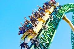 Lustige Leute, steigend zu 60 Meilen pro Stunde im unglaublichen Gepard Hunt Rollercoaster bei Bush ab stockbilder