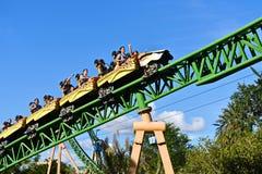 Lustige Leute, steigend zu 60 Meilen pro Stunde im unglaublichen Gepard Hunt Rollercoaster bei Bush G ab lizenzfreie stockbilder