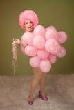 Lustige Luftwiderstand-Königin in den rosafarbenen Ballonen Lizenzfreies Stockbild