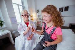 Lustige Mädchen, die Eiscreme essen, nachdem zusammen Kinderarzt besucht worden ist lizenzfreie stockfotos