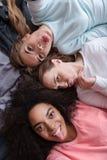 Lustige Mädchen, die selfie nehmen und Affen im Schlafzimmer spielen Lizenzfreies Stockbild