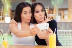 Lustige Mädchen, die zusammen ein Selfie nehmen Stockbilder