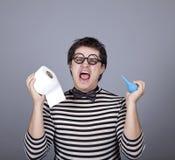 Lustige Männer, die Clyster und Toilettenpapier halten. Lizenzfreie Stockbilder