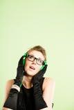 Definitions-Grünhintergrund der lustigen Leute des Frauenporträts wirklichen hoher Lizenzfreies Stockfoto