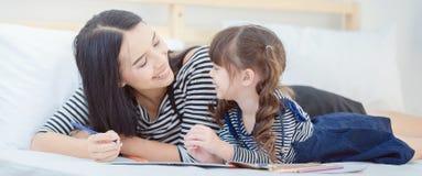 Lustige Mutter und reizendes Kind, die Spaß zusammen hat stockfotografie
