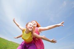 Lustige Mutter und Tochter auf grünem Gras Stockbild
