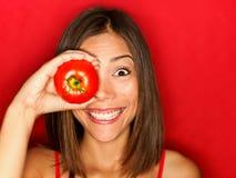 Lustige Nahrungsmittelfrau mit roter Tomate Stockbild