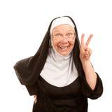 Lustige Nonne, die Friedenszeichen bildet Lizenzfreies Stockbild