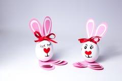 Lustige Ostereier Junge und Mädchen Stockfotos