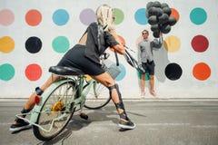 Lustige Paare auf der Straße stockfotografie