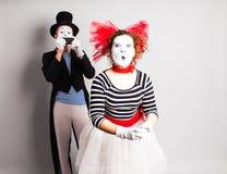 Lustige Paare von den Pantomimen, die ein selfie Foto an einem Handy machen Konzept von April Fools Day Lizenzfreie Stockbilder