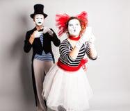 Lustige Paare von den Pantomimen, die ein selfie Foto an einem Handy machen Konzept von April Fools Day Stockfotos