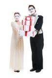 Lustige Pantomimen mit Geschenkkästen über Weiß Stockfoto