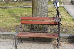 Lustige Parkskulptur - ein Kellner Stockfotografie