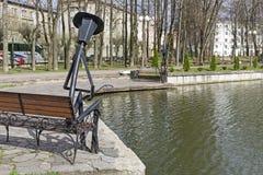 Lustige Parkskulptur - eine Laterne in Form eines Fischers Stockfotografie
